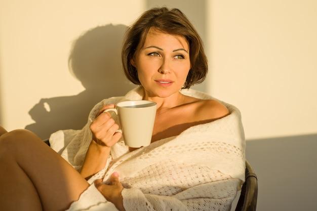 Femme adulte à la maison assis sur une chaise Photo Premium