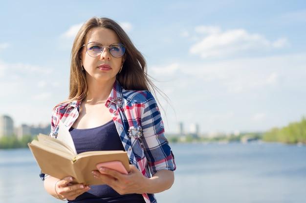 Femme adulte portrait en plein air. Photo Premium