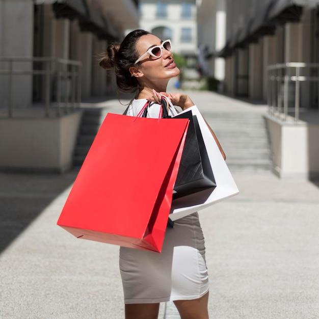 Femme Adulte Posant Avec Des Sacs à Provisions Photo gratuit