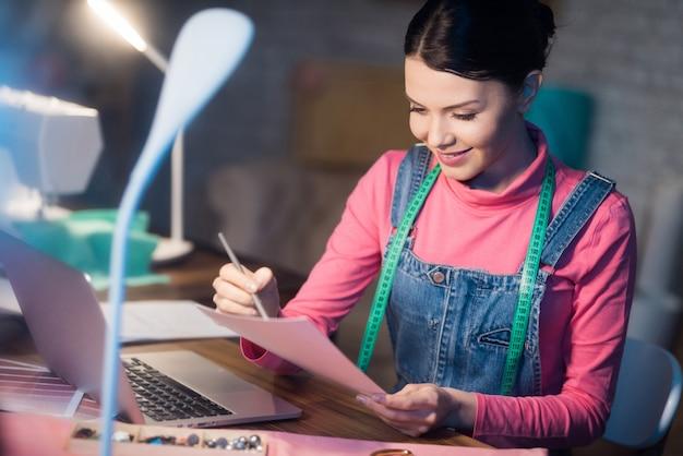Femme adulte à la recherche de quelque chose dans les documents. Photo Premium