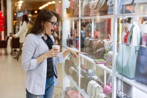 Femme Adulte En Regardant La Vitrine Photo Premium