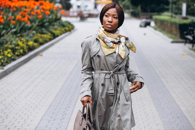 Femme d'affaires afro-américaine dans la rue Photo gratuit
