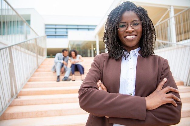 Femme d'affaires afro-américaine joyeuse Photo gratuit