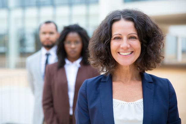 Femme d'affaires d'âge moyen souriant Photo gratuit