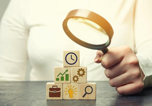 Femme d'affaires analyse la stratégie commerciale. Photo Premium