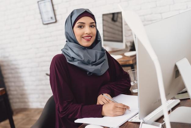 Femme d'affaires arabe confiant travaillant à l'ordinateur. Photo Premium