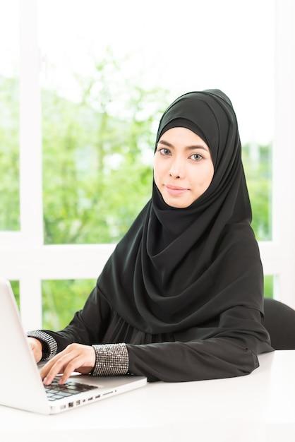 Femme d'affaires arabe travaillant Photo gratuit
