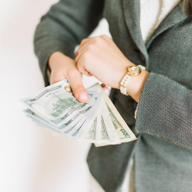 Femme D'affaires Avec De L'argent Photo gratuit