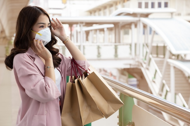 Femme D'affaires Asiatique Portant Un Masque De Protection Sur Une Rue De La Ville Avec La Pollution De L'air. Masque Hygiénique Facial Pour La Sensibilisation à La Sécurité De L'environnement Extérieur Photo Premium