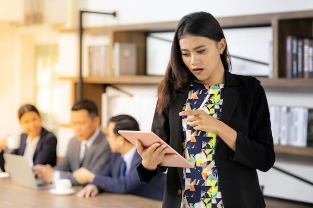 Femme d'affaires asiatique travaillant avec tablette intelligente Photo Premium