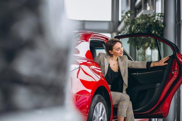 Femme d'affaires assis dans une voiture rouge Photo gratuit