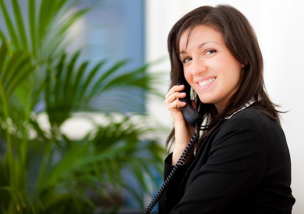 Femme d'affaires au téléphone Photo Premium