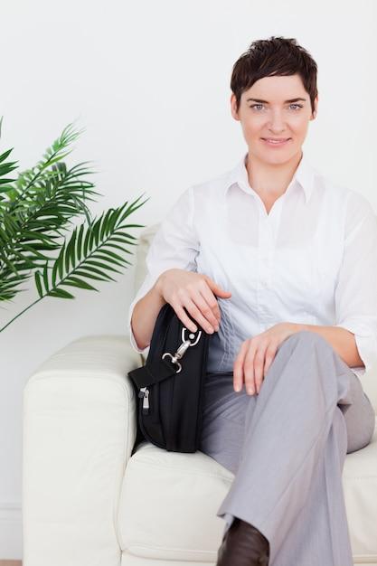 Femme D'affaires Aux Cheveux Courts, Assis Sur Un Canapé Photo Premium