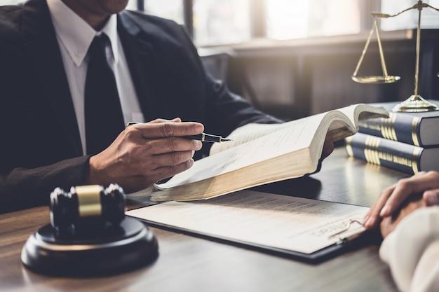 Une femme d'affaires et un avocat ou un juge consultent une réunion d'équipe avec le client Photo Premium