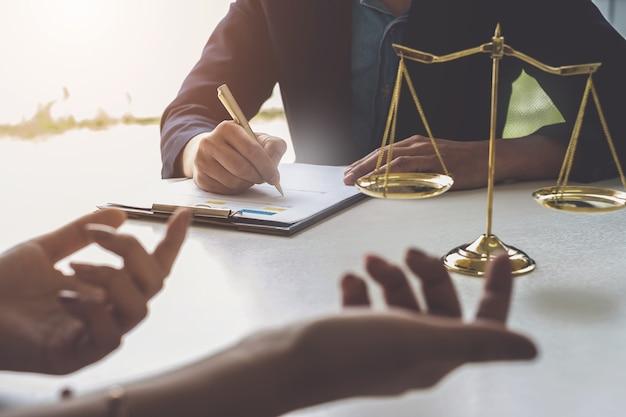Femme d'affaires et avocats discutant des documents contractuels Photo Premium