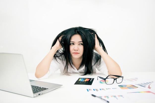 Femme affaires, avoir, mal tête, à, ordinateur portable Photo Premium