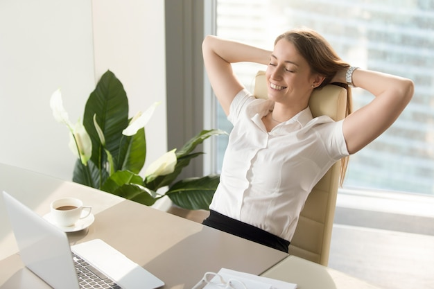 Femme d'affaires ayant des sentiments positifs sur le travail Photo gratuit