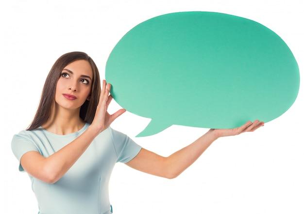 Femme d'affaires belle avec un espace pour le dialogue. Photo Premium
