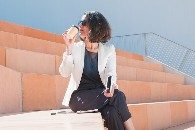 Femme d'affaires bénéficiant d'un café savoureux Photo gratuit