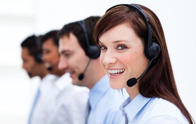 Femme d'affaires avec casque en souriant à la caméra Photo Premium