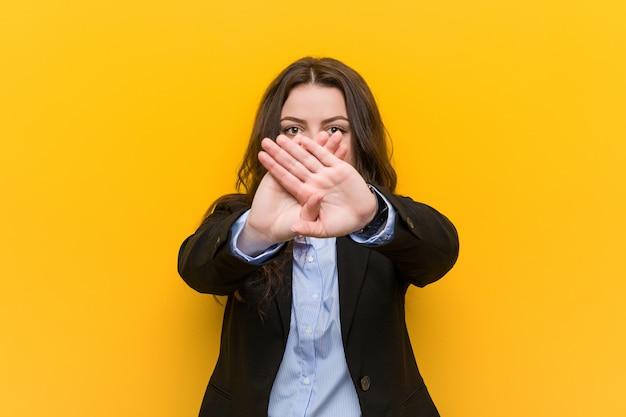Femme d'affaires caucasien taille plus faisant un geste de déni Photo Premium