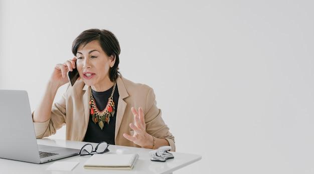 Femme Affaires, à, Collier, Parler Téléphone, à, Copyspace Photo gratuit
