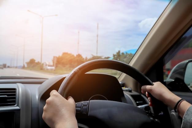 Femme d'affaires conduisant la voiture. Photo Premium
