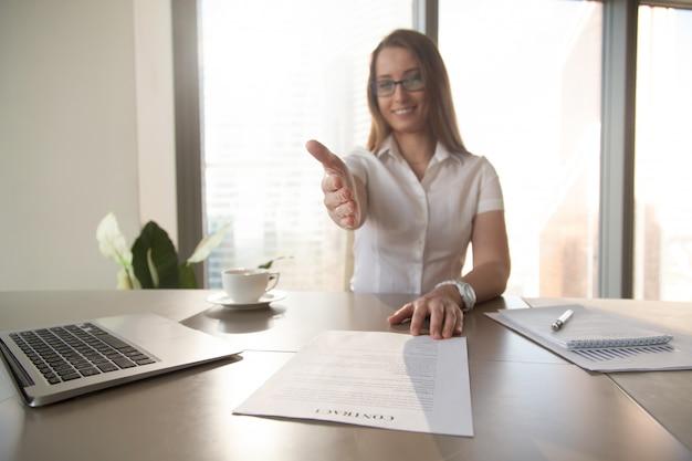 Femme d'affaires avec contrat tendre la main Photo gratuit