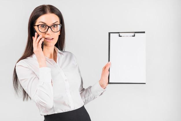 Femme affaires, conversation téléphone, presse-papiers Photo gratuit