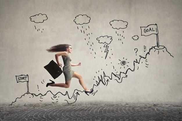 Femme d'affaires courir sur une piste de tirage au sort Photo Premium
