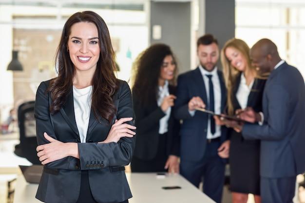 Femme daffaires dans un bureau moderne avec des hommes daffaires