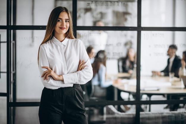 Femme d'affaires dans un bureau Photo gratuit