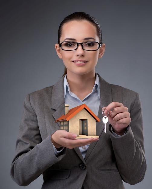 Femme d'affaires dans le concept de prêt hypothécaire immobilier Photo Premium