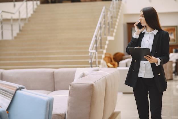 Femme D'affaires Dans Un Costume Noir Au Bureau Photo gratuit
