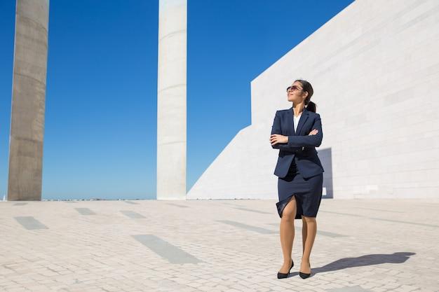 Femme d'affaires élégant réussie posant à l'extérieur Photo gratuit