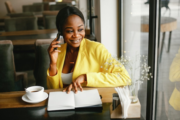 Femme d'affaires élégant travaillant dans un bureau Photo gratuit