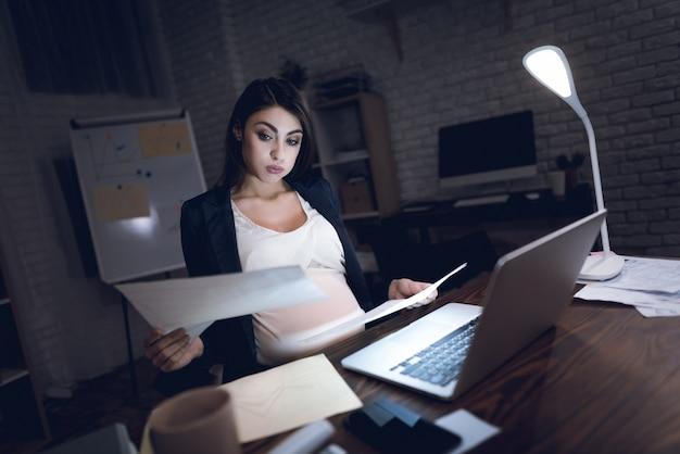 Femme D'affaires Enceinte Fatiguée Au Bureau Photo Premium