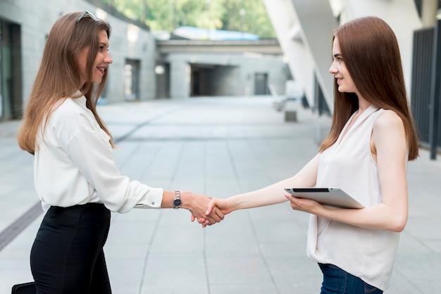 Femme d'affaires ensemble dans la rue Photo gratuit