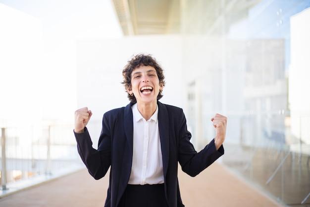 Femme d'affaires excité secouant les poings Photo gratuit