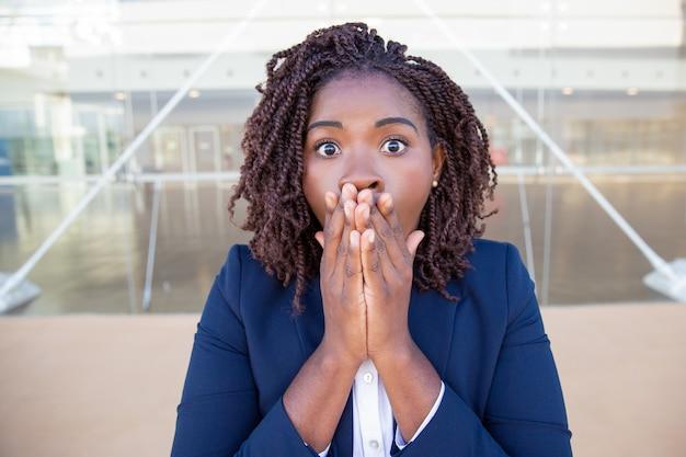 Femme D'affaires Excitée Choquée Par Une Nouvelle Surprenante Photo gratuit