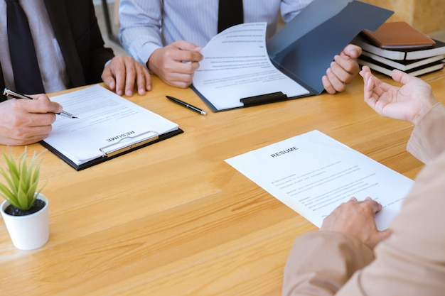 Femme D'affaires Expliquant Son Profil Au Gestionnaire De Comité Assis Pendant Son Travail Photo Premium