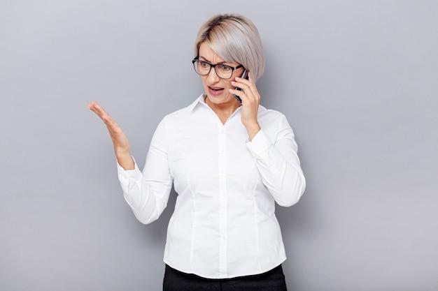 Femme d'affaires à faible angle parlant au téléphone Photo gratuit