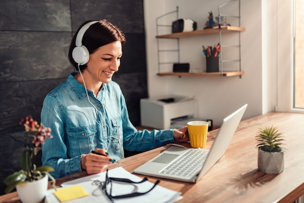 Femme d'affaires faisant un appel vidéo au bureau Photo Premium