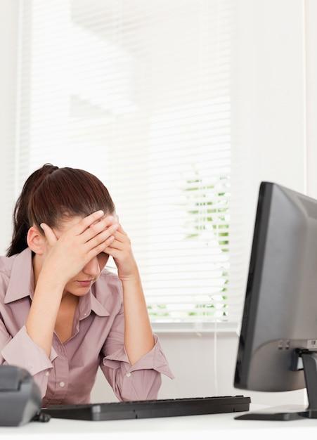 Une Femme D'affaires Frustrée Assis Dans Son Bureau Photo Premium