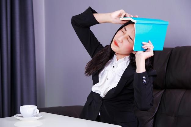 Femme d'affaires frustrée avec livre Photo Premium