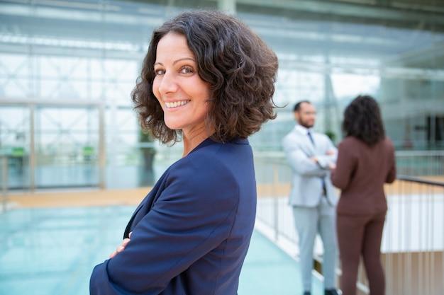 Femme d'affaires gaie confiante Photo gratuit