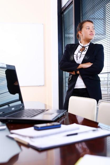 Femme d'affaires heureux au bureau Photo gratuit