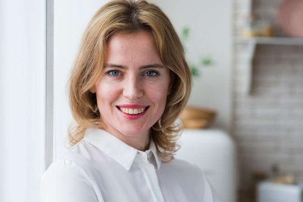 Femme d'affaires heureux en chemise blanche Photo gratuit