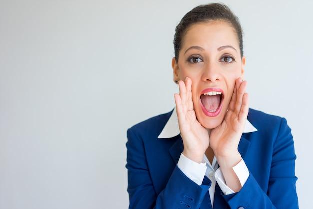 Femme d'affaires heureux criant fort. Photo gratuit