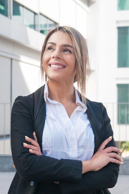 Femme d'affaires heureux debout à l'extérieur Photo gratuit